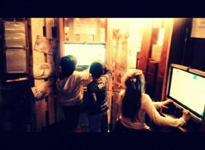 Trois Schtrumpfs devant l écran